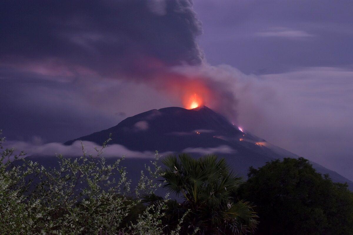 ชาวอิเหนาเกือบครึ่งงหมื่นแห่อพยพ หนีภูเขาไฟระเบิด พ่นเถ้าถ่านสูงกว่า 4 กม. (คลิป)