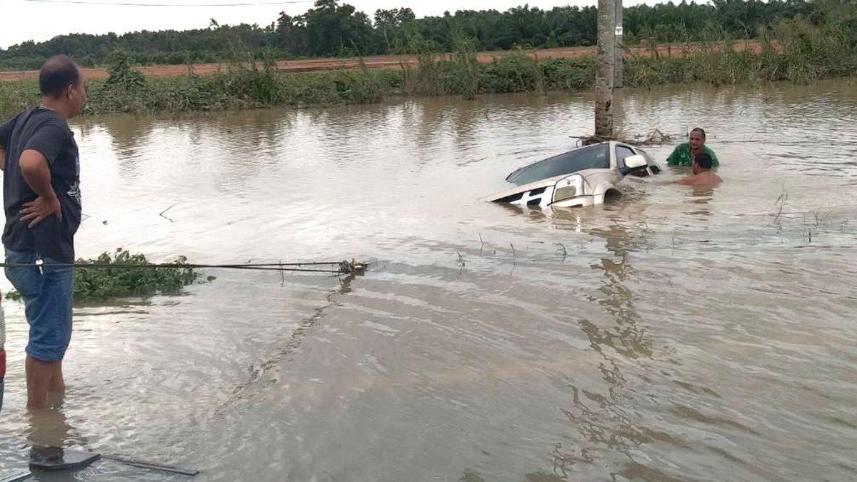หนุ่มแจ้งความรถหาย คิดว่าถูกขโมย ที่ไหนได้ น้ำลดถึงรู้จมคูริมถนน