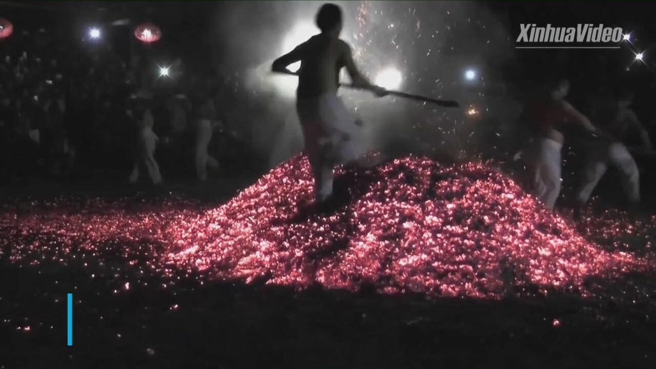 เฟ้นหาผู้กล้า! 'เท้าเปล่าลุยไฟ' ประเพณีพันปี ขจัดภูติผี นำพาโชคดี
