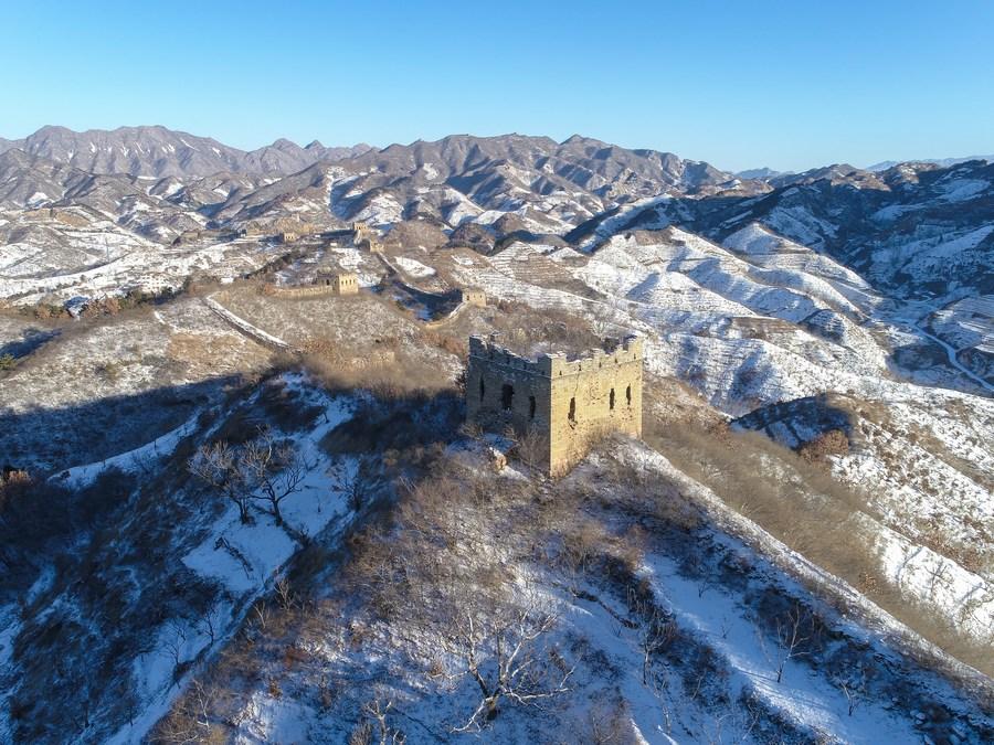 ทิวทัศน์กำแพงเมืองจีนบนเนินผาอาบหิมะ