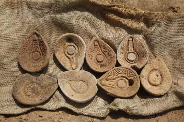 อิสราเอลค้นพบ 'เชิงเทียนดินเผา' อายุ 1,000 ปี พร้อมโบราณวัตถุอีกเพียบ