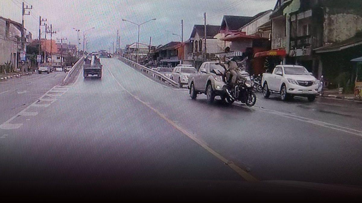 หนุ่มเมายาเห็นตำรวจแล้วตกใจหลอน ขับกระบะพุ่งชนเต็มๆ ร่างลอยกระเด็น