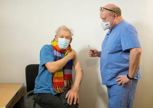 """เรียกความเชื่อมั่น... """"แกนดัล์ฟ"""" ลอร์ด ออฟ เดอะ ริงส์ รับการฉีดวัคซีนป้องกันโควิด-19"""
