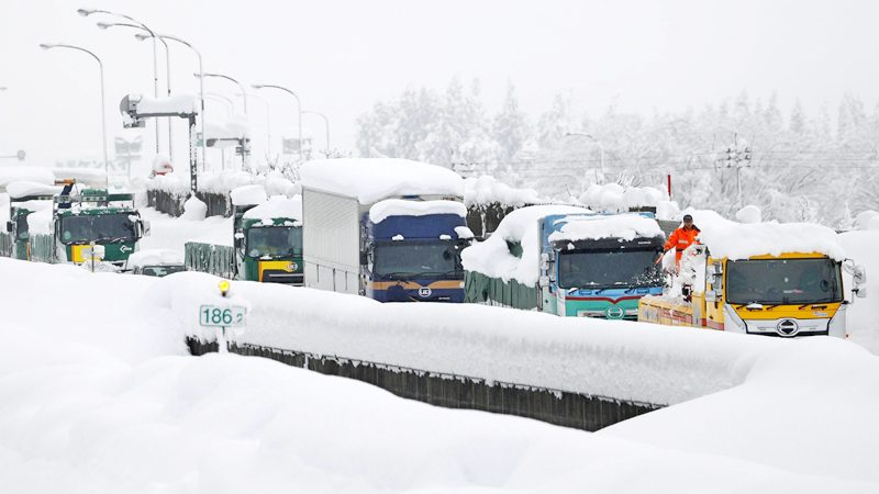 """เร่งช่วยรถ 1,000 คัน """"ติดแหง็ก"""" บนทางด่วนนาน 2 วัน-หลังหิมะตกต่อเนื่อง"""