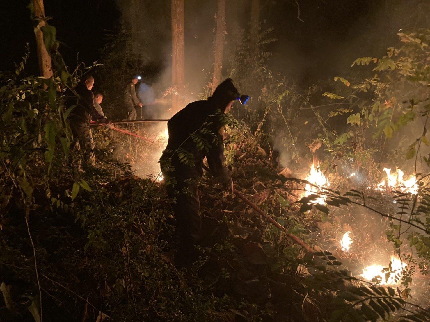 เฝ้าระวังพื้นที่! เร่งดับไฟสวนป่าสักของ อ.อ.ป. หลังพบไหม้ลาม 5 ไร่