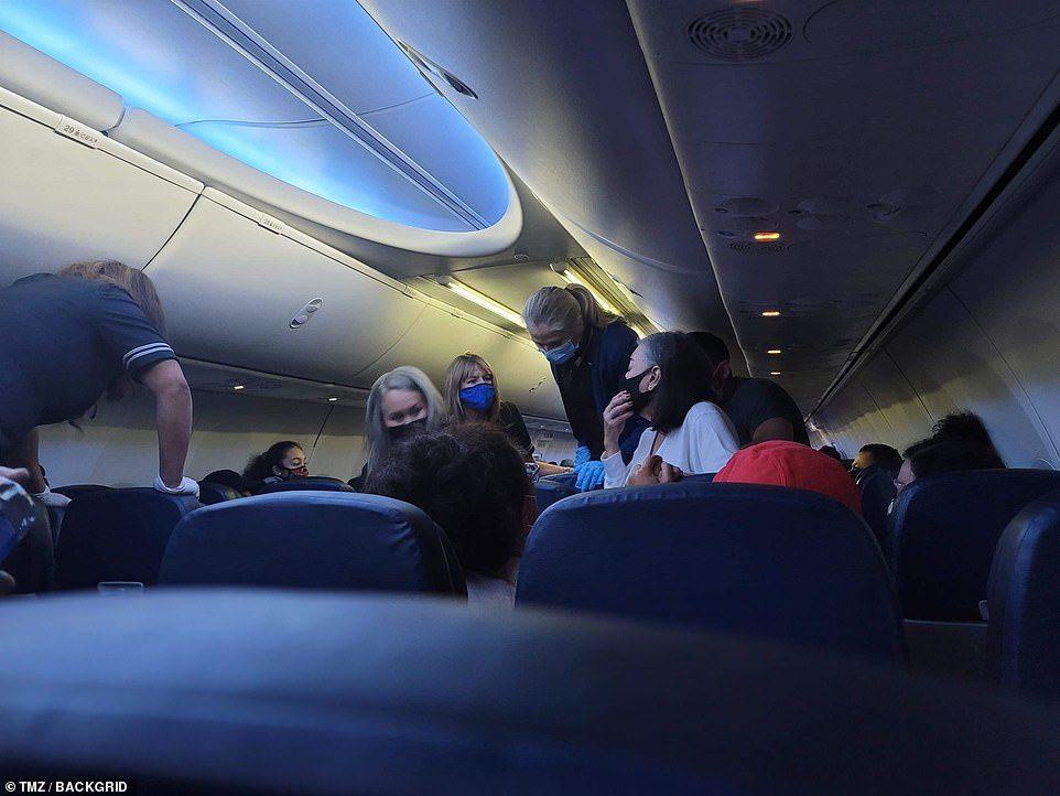 เผยภาพวุ่นบนเครื่องบิน ผู้โดยสารช่วยทำซีพีอาร์คนป่วยโควิด