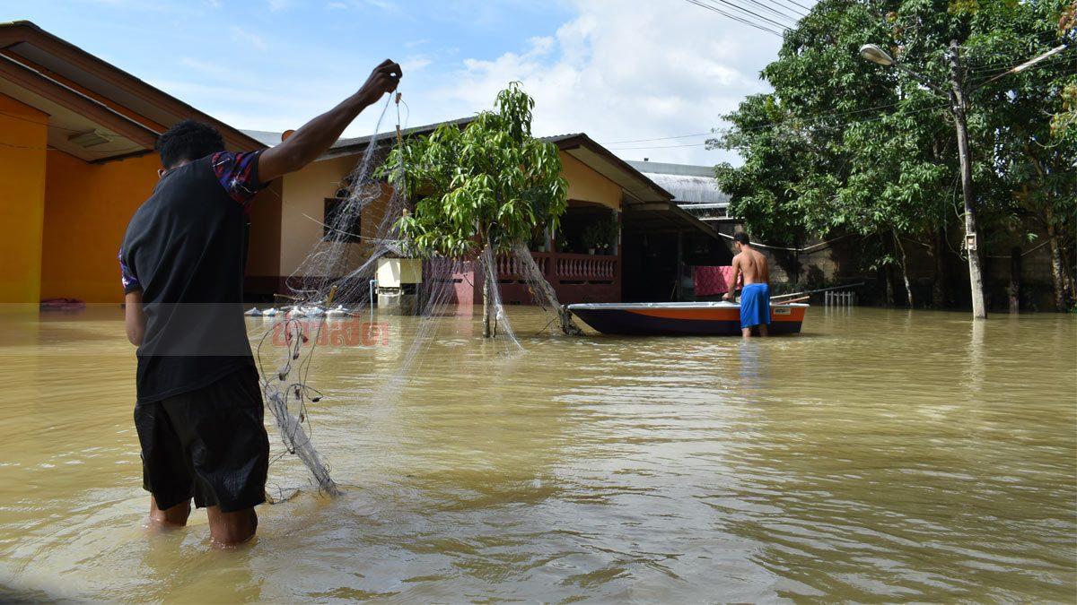 ชาวบ้านต.ปาเสมัส อ.สุไหงโก-ลก ยังรอความช่วยเหลือ น้ำท่วม 100 ซม.