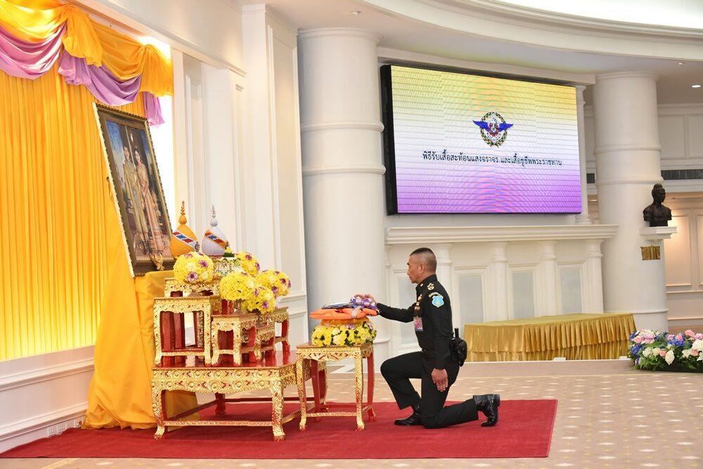 'ในหลวง'พระราชทานเสื้อสะท้อนแสงจราจร 3,447 ตัว - เสื้อชูชีพ 4,491 ตัว ให้กองทัพไทย-ตำรวจปฏิบัติบรรเทาสาธารณภัย
