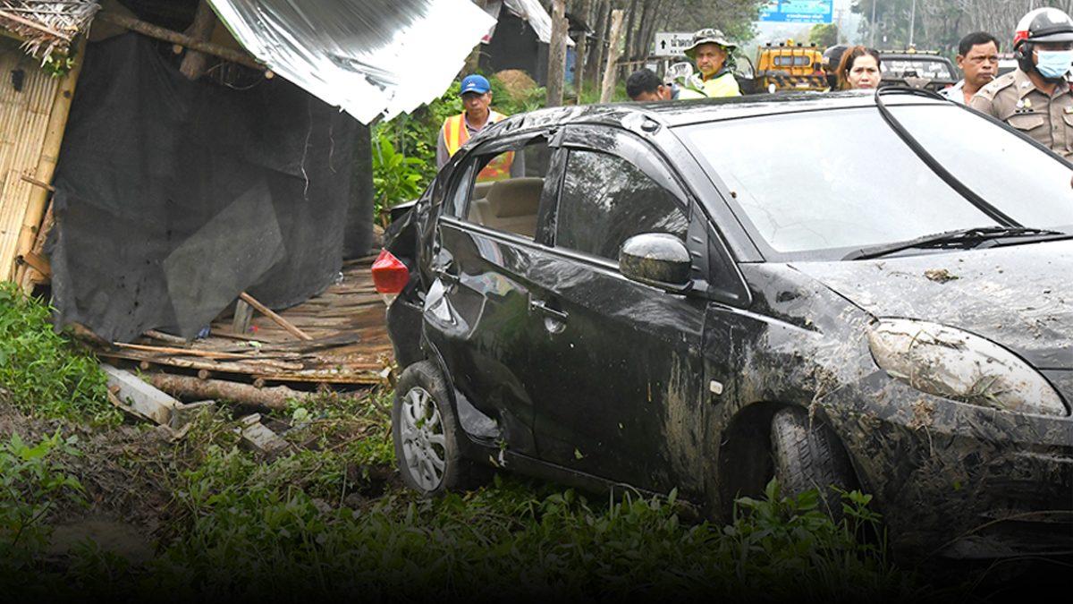 ฝนตกถนนลื่นเจ็บ1 สาวขับเก๋งเสียหลัก พุ่งชนร้านขายของตลกชื่อดังเมืองใต้