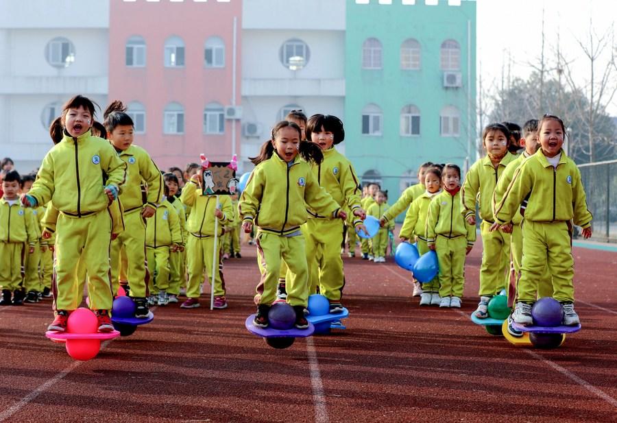 เด็กอนุบาลจีนร่วมกิจกรรม 'การละเล่นพื้นบ้าน' คึกคัก