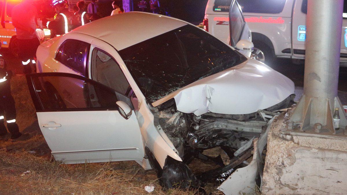 นาวาอากาศโท ควบเก๋งชนป้ายบอกทาง รถตกร่องกลางถนน บาดเจ็บสาหัส