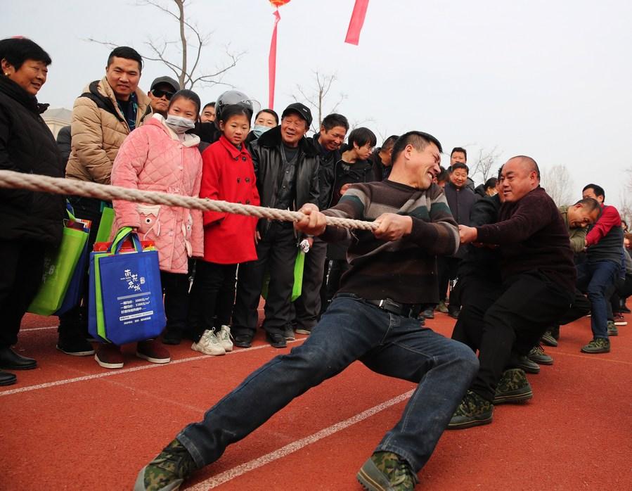 เกษตรกรจีนสนุกสนาน แข่งขันเกมกีฬาประจำปี