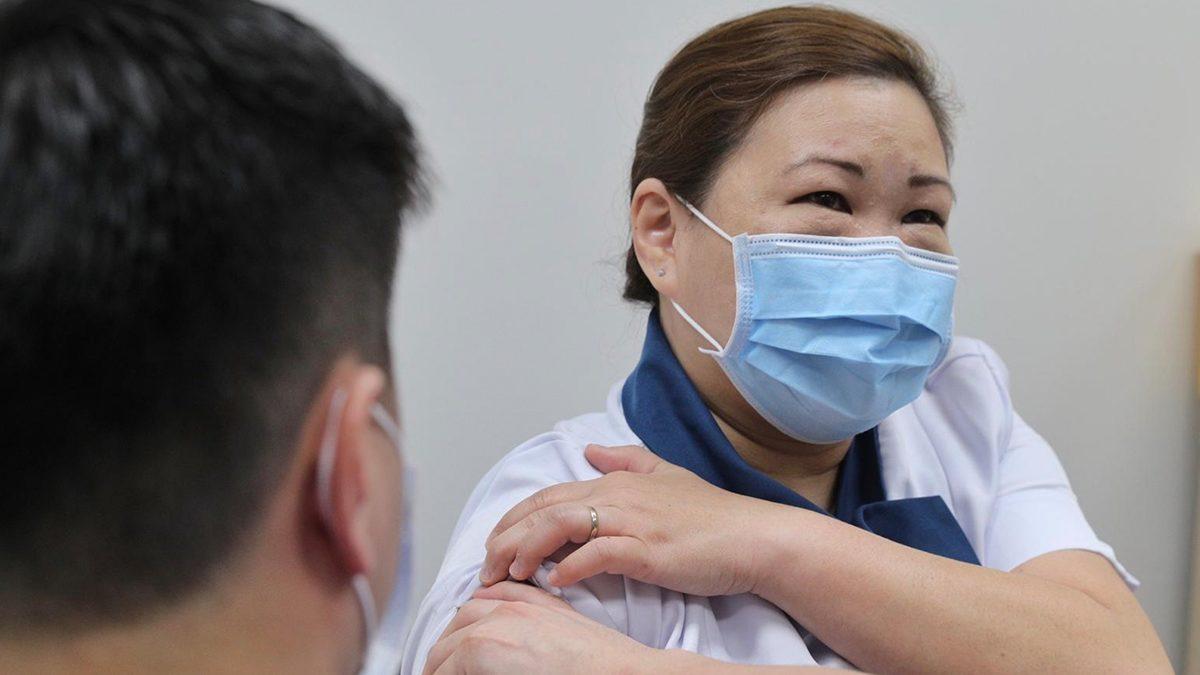 ประเทศแรกในเอเชีย! สิงคโปร์ฉีดวัคซีนโควิดฟรี ได้รับทุกคน รวมถึงผู้อาศัยระยะยาว