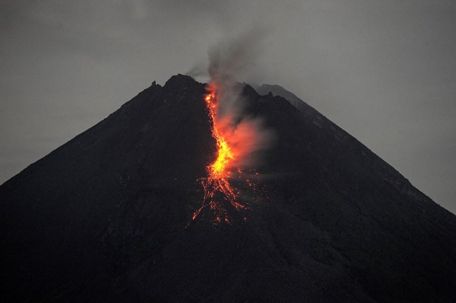 'ภูเขาไฟเมราปี' ในอินโดฯ ปะทุ ลาวาแดงฉานหลั่งไหล