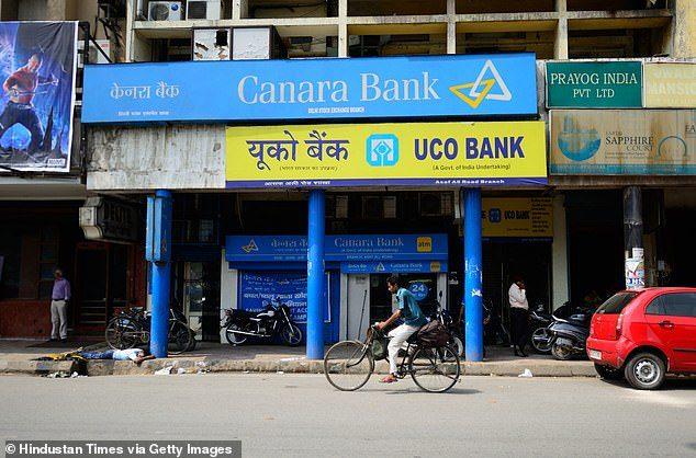 """หมู่บ้านอินเดียหาม """"ศพ"""" ไปธนาคาร ยันผู้จัดการ ถอนเงินคนตายมาจัดฌาปานกิจ"""