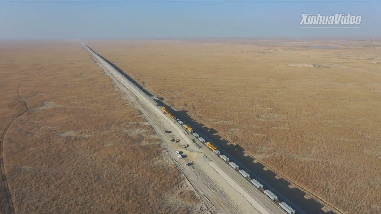 ไม่มีล่าช้า! จีนเดินหน้า 'ทางรถไฟในทะเลทรายใหญ่สุด' แม้หนาว -20 °C