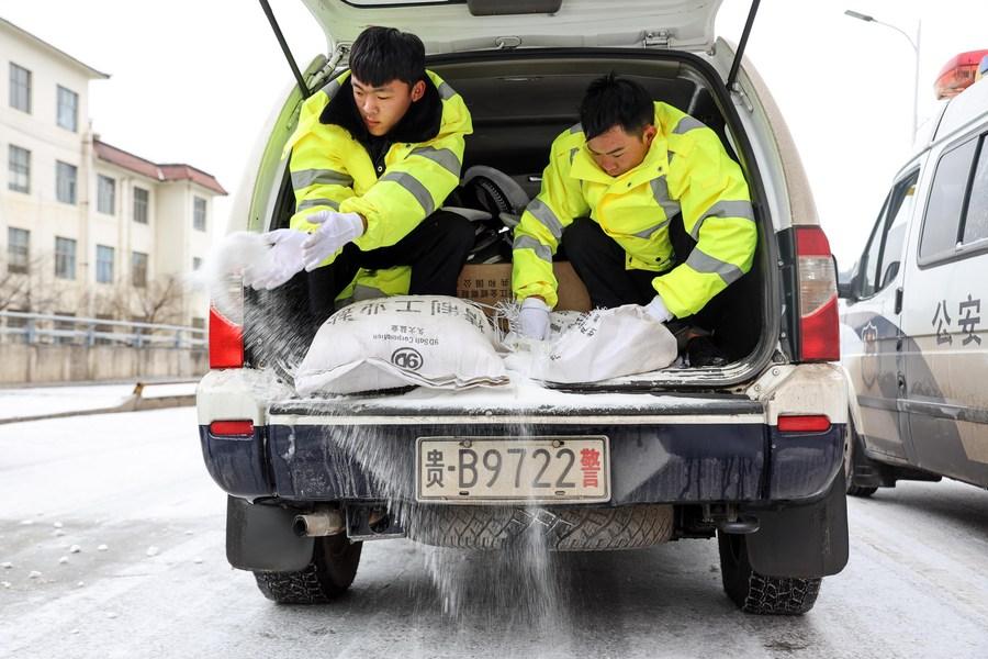 ตำรวจกุ้ยโจวช่วยกัน 'โรยเกลือ' แก้เกิดน้ำแข็งเกาะถนน