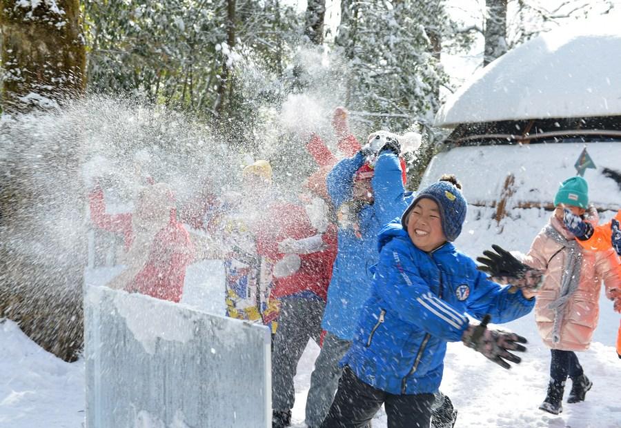 เด็กประถมเสฉวนร่วม 'กิจกรรมนอกห้องเรียน' ท่ามกลางอากาศหนาวคึกคัก