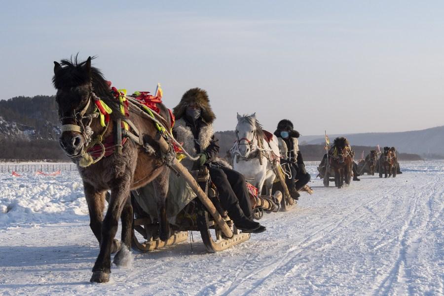นทท. นั่ง 'รถลากแรงม้า' ลุยหิมะที่ 'หมู่บ้านอาร์กติก' ในเฮยหลงเจียง