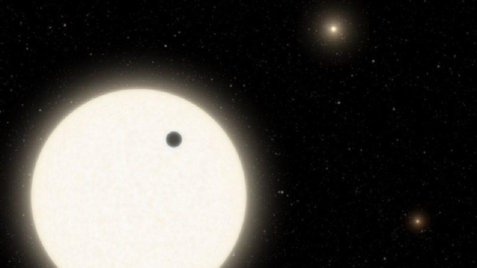 นาซาพบดาวเคราะห์วงโคจรประหลาดอยู่ในระบบดาวฤกษ์ 3 ดวง