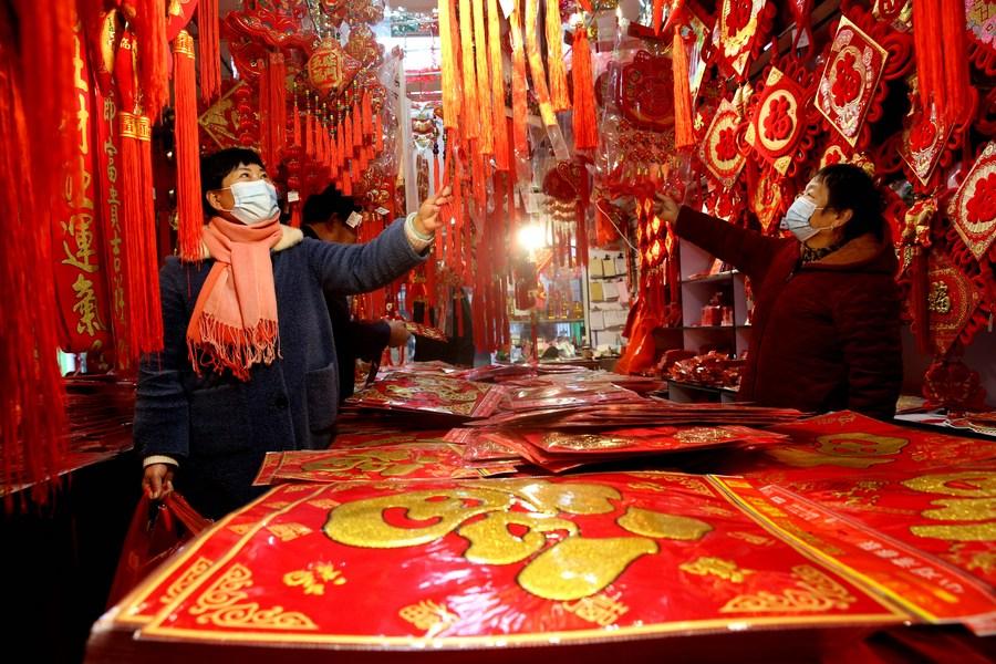 ชาวเจียงซูจับจ่ายซื้อของรับ 'ปีฉลู'