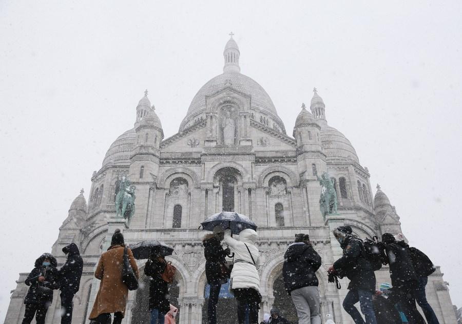 แค่เห็นก็เย็นแล้ว! พรมหิมะขาวห่มคลุมปารีส