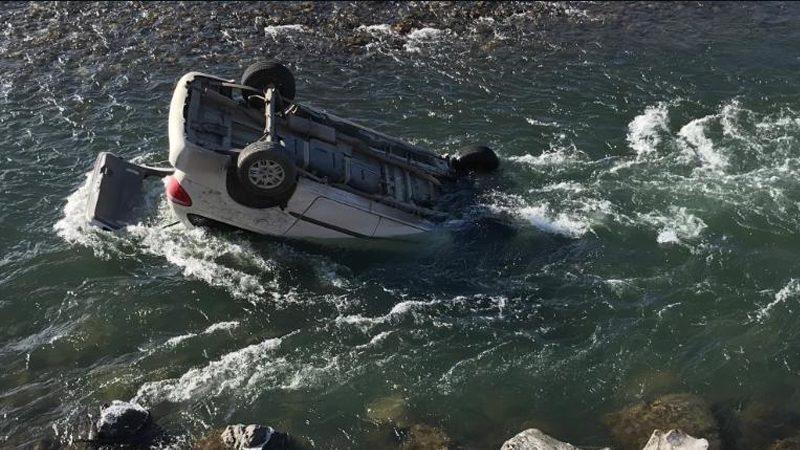 ชูกู้ภัยมะกันช่วยชีวิตสาวหวิดดับ ขับรถพลิกคว่ำตกแม่น้ำเย็นเฉียบ