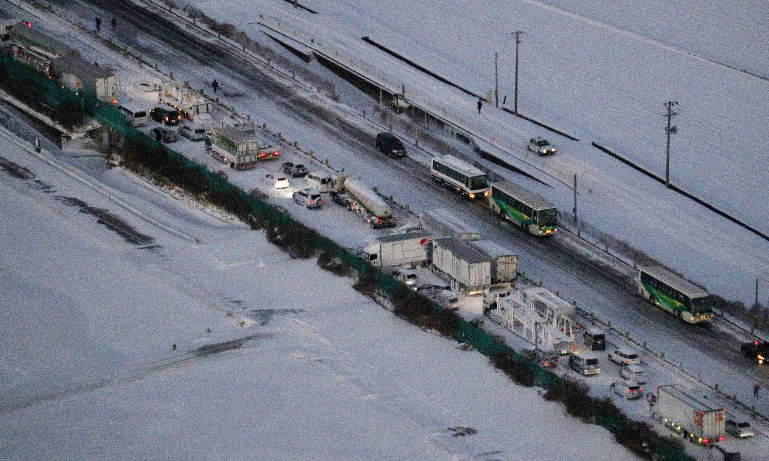 พายุหิมะถล่มญี่ปุ่น ทำรถชนวินาศ 130 คัน ตาย 1