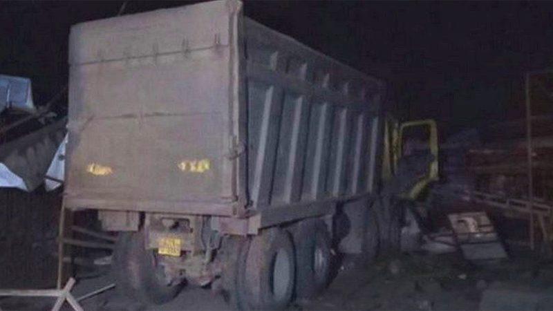 """รถบรรทุกเสยฟุตปาธ """"คร่าหมู่"""" คนงานนอนริมถนน 13 ศพ เจ็บหนักอื้อ"""
