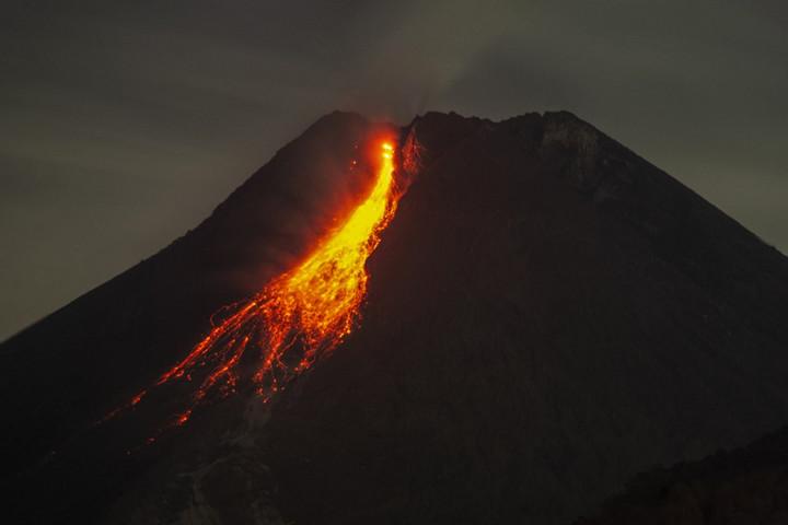 นาทีภูเขาไฟเมราปีแห่งอินโดฯ พ่นลาวาเดือดพล่าน