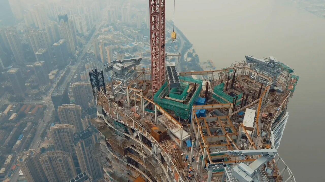 อู่ฮั่นยก 'ปั๊มความร้อน' หนัก 5 ตัน ขึ้นสู่ยอดตึกสูงกว่า 400 เมตร สำเร็จ!