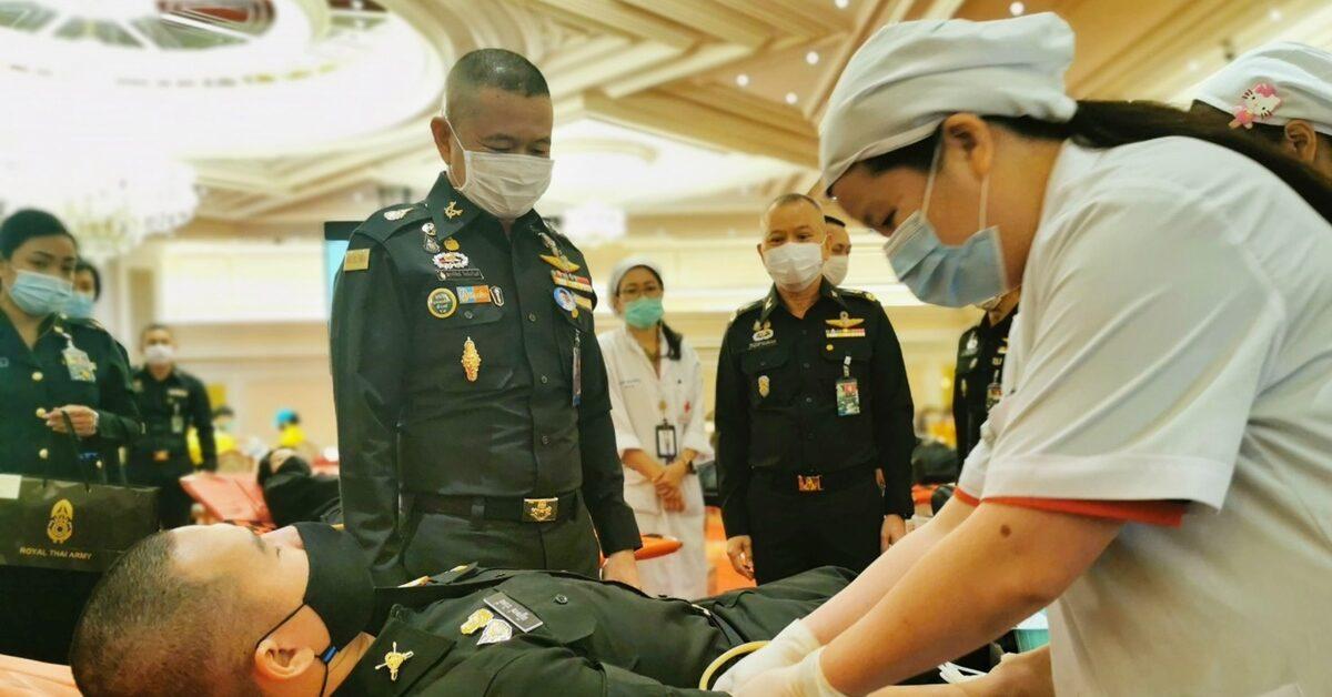 'บิ๊กบี้' ตรวจเยี่ยมกำลังพลบริจาคเลือด หนุนสภากาชาดไทยใช้ช่วงโควิด ย้ำ ทหารทำต่อเนื่อง 3 เดือนครั้ง