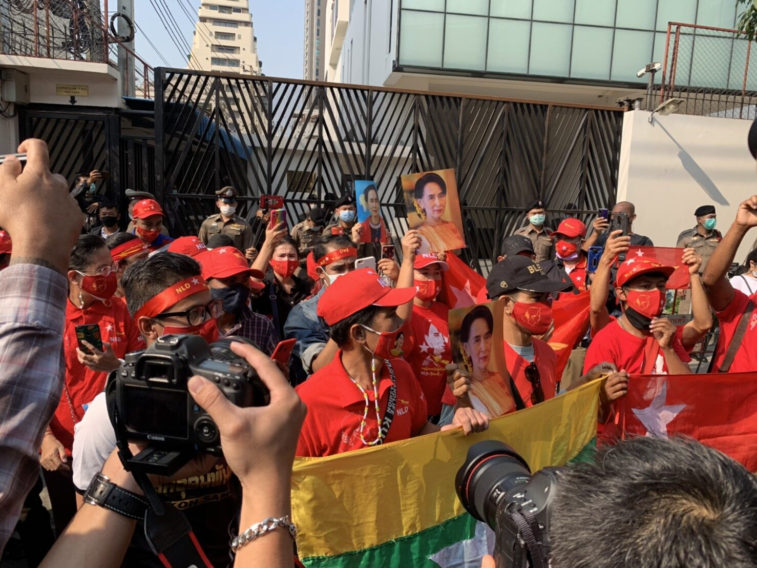 ชาวเมียนมาถือภาพ 'ซูจี' หน้าสถานทูต ลั่นไม่เอารัฐบาลทหาร จ่อไปต่อ 'ยูเอ็น'