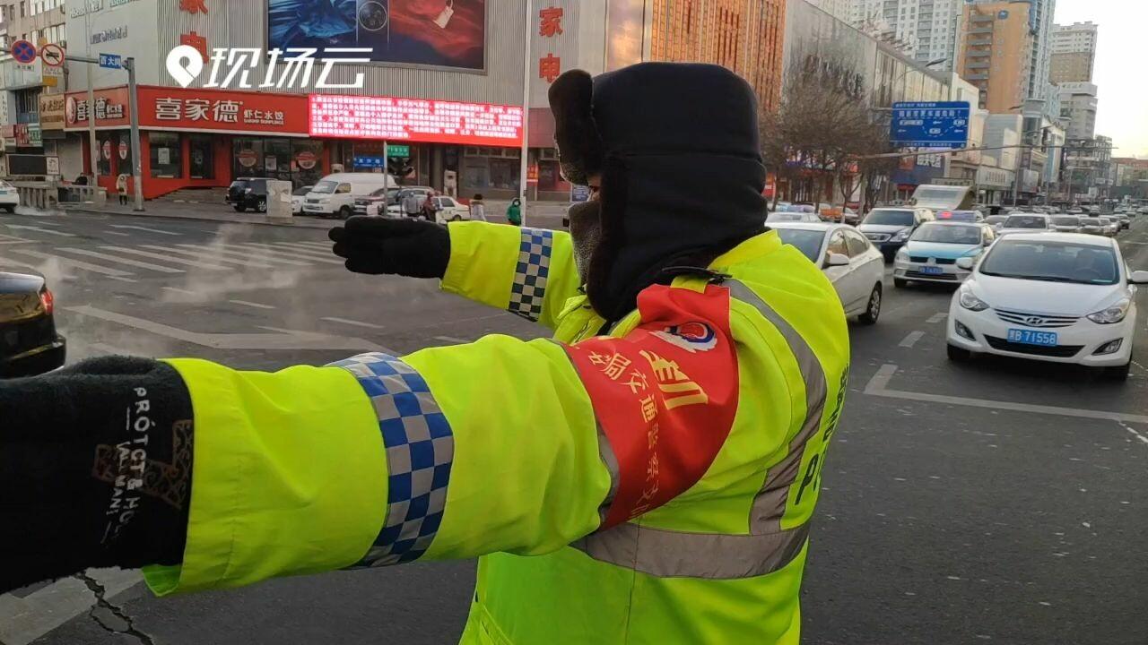 เผยไต๋! 'ตำรวจจราจรจีน' แต่งตัวคลายหนาวอย่างไร ท่ามกลางอากาศติดลบ 20 องศาฯ