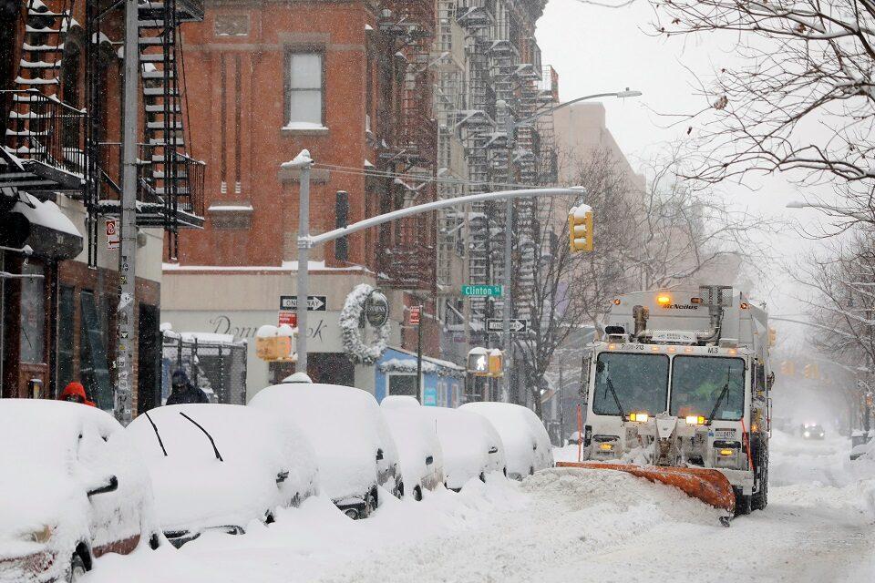 พายุหิมะถล่มภาคตอ.สหรัฐ ปิดหลายสถานที่สำคัญ กระทบฉีดวัคซีนต้านโควิด