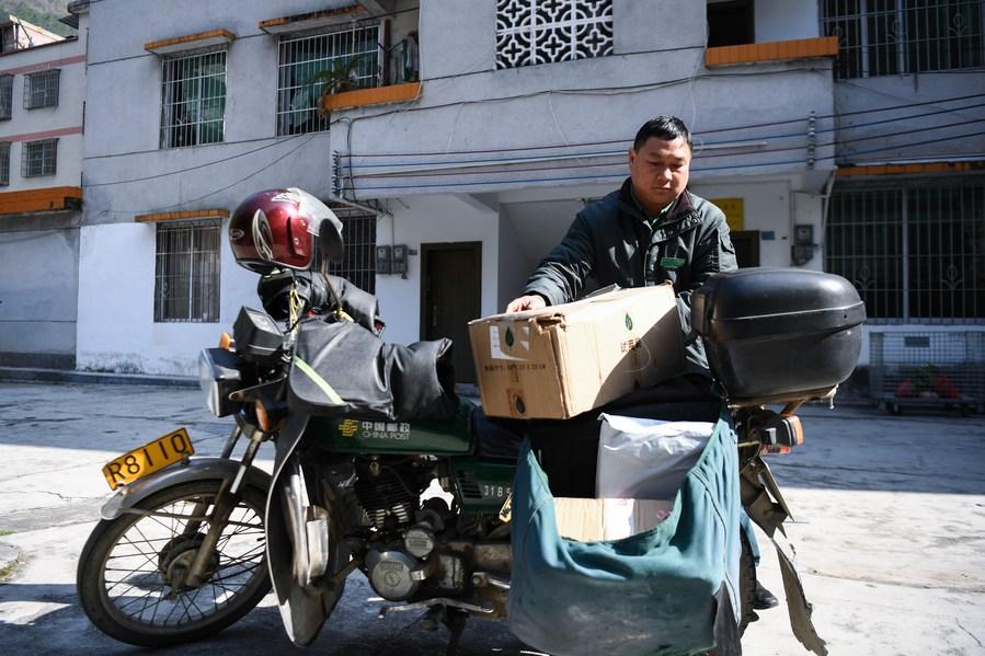 'บุรุษไปรษณีย์จีน' มิตรแท้ของชาวบ้านชนบทในกว่างโจว