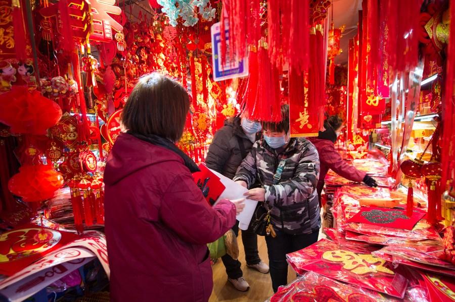 ชาวซีอันเลือกสรรของตกแต่ง ต้อนรับเทศกาลตรุษจีน 2021