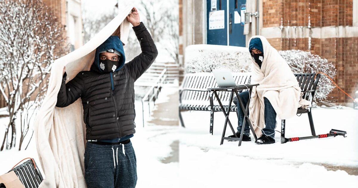 'ครูชิคาโก' ขอเวิร์กฟรอมโฮม เพราะเมียท้องแก่ หวั่นติดโควิด แต่ ร.ร.ปฏิเสธ เลยนั่งสอนกลางหิมะ