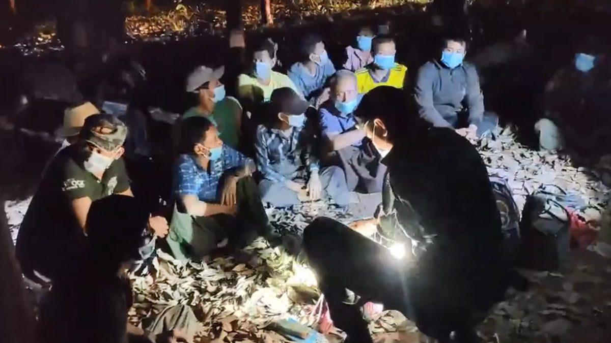 โผล่อีก! ชาวเมียนมา 27 คน อยู่กลางสวนยางเมืองกาญจน์ นายหน้าพาลอบเข้าไทย