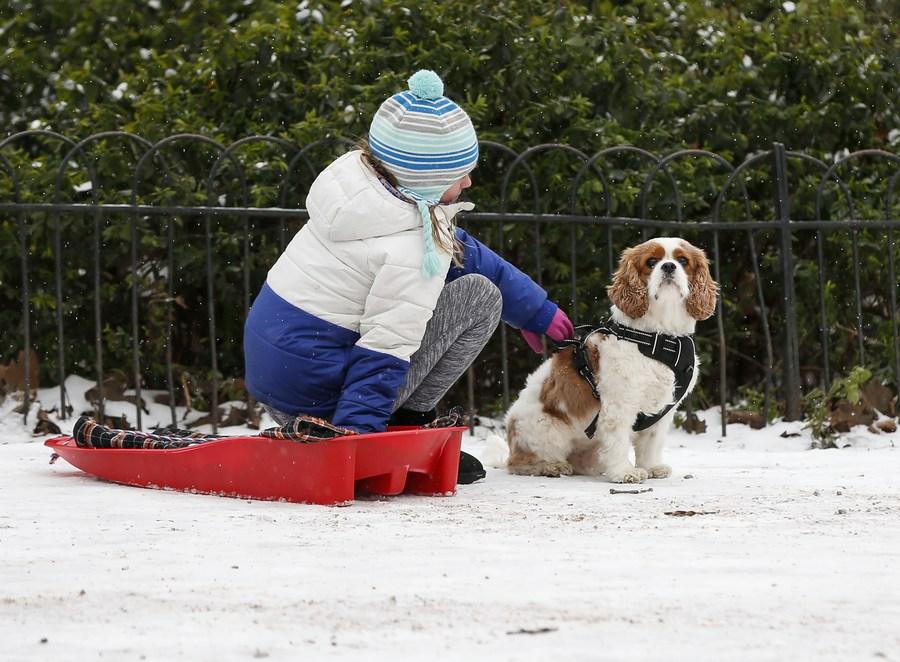 ชาวลอนดอนทำกิจกรรมนอกบ้านหลังหิมะโปรยปราย
