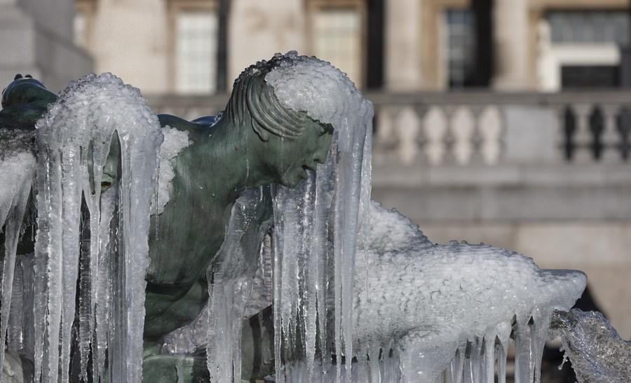 น้ำแข็งเคลือบรูปปั้นแปลกตา หลังพายุหิมะถล่มลอนดอน