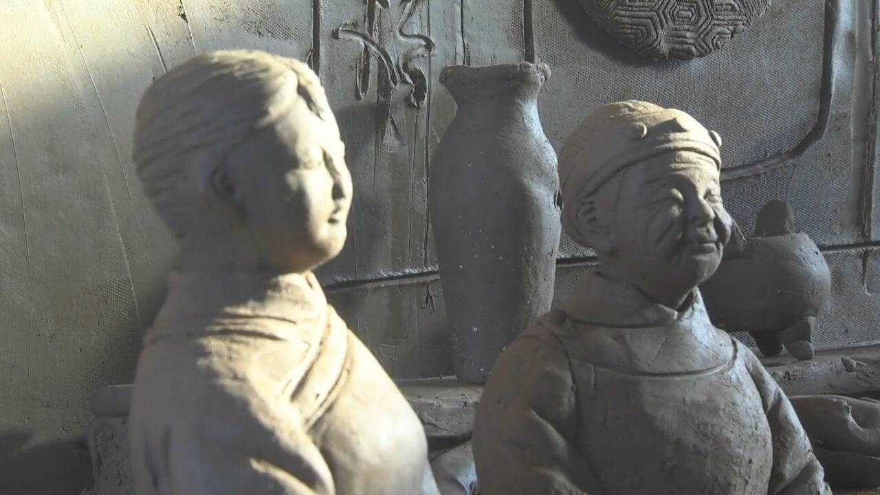 ช่างฝีมือจีนรังสรรค์ 'รูปปั้นดินเผา' ต้อนรับตรุษจีนปีฉลู