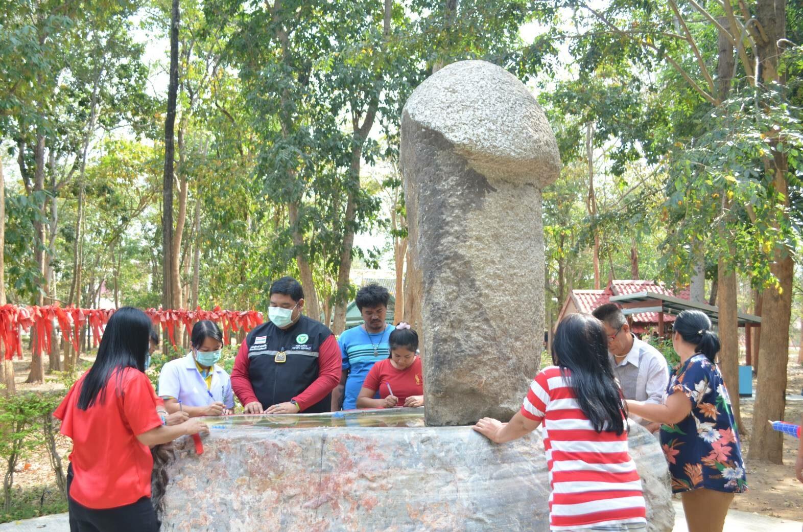 คู่รักแห่ขอพร หินพันปี วัดดัง ให้อยู่กินกันเท่าอายุหิน