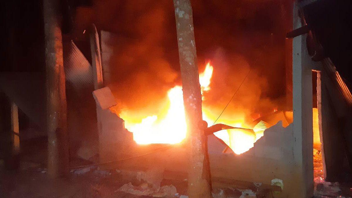 เพลิงไหม้วอด โรงงานรมยางแผ่น เสียหายกว่า 2 แสน ชาวบ้านช่วยกันดับวุ่น