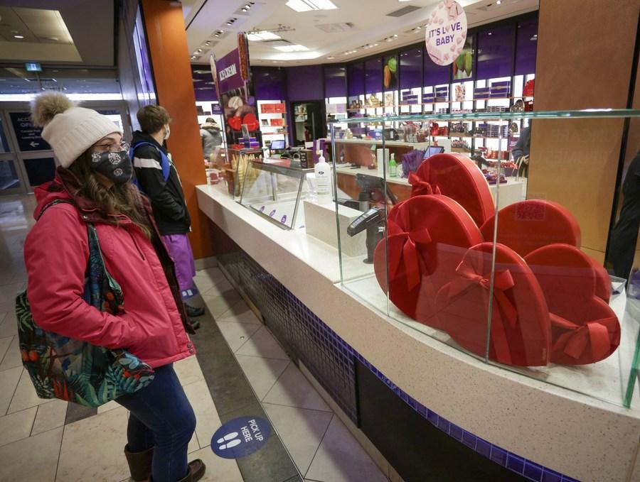 ชาวแคนาดาเลือกซื้อขนมหวานรับ 'วันวาเลนไทน์'