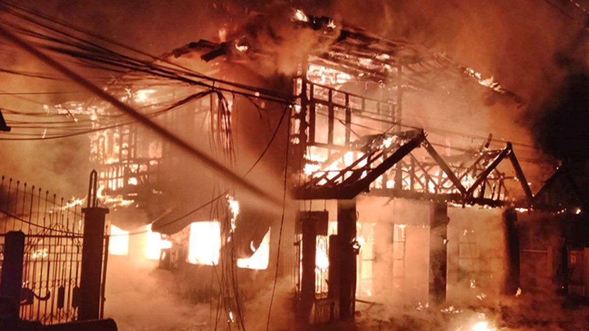 เสียงดังเปรี๊ยะๆ! แม่เฒ่าหนีตายวุ่น ไฟไหม้บ้าน เผาวอดไม้สัก สูญ5ล้าน