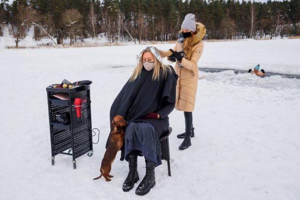 ร้านตัดผมในลัตเวีย ยังเปิดไม่ได้ ช่างยอมทำผมท่ามกลางน้ำแข็ง ดีกว่าอดตาย