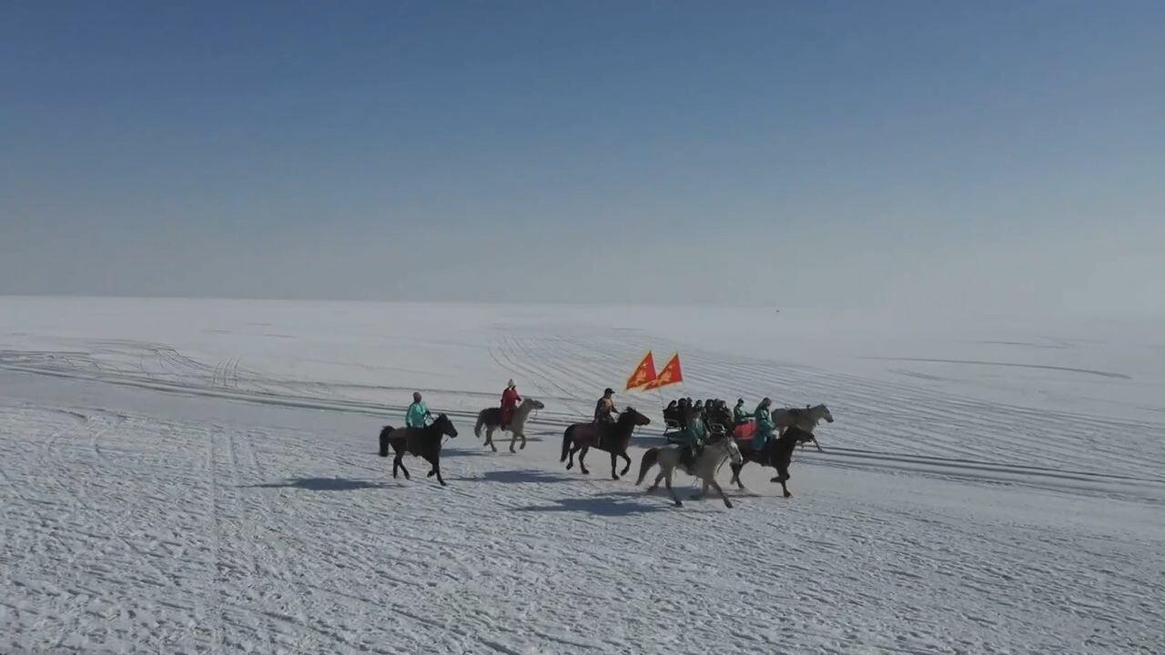 'ขี่ม้าไปทำงาน' รักษาสิ่งแวดล้อมรอบทะเลสาบโป๋ซือเถิง