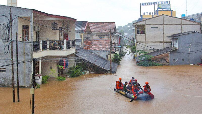 """จาการ์ตาเซ่น """"น้ำท่วม"""" พุ่ง หลังฝนกระหน่ำ-หลายพันคนยังกลับบ้านไม่ได้"""