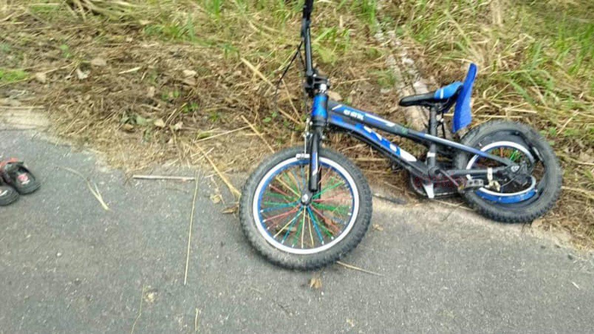 ย่าห้ามไม่ทัน หลาน 5 ขวบ ปั่นจักรยาน ออกถนนใหญ่ กระบะพุ่งใส่ดับ